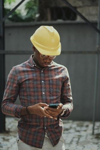 Homem em pé com chapéu  Descrição gerada automaticamente